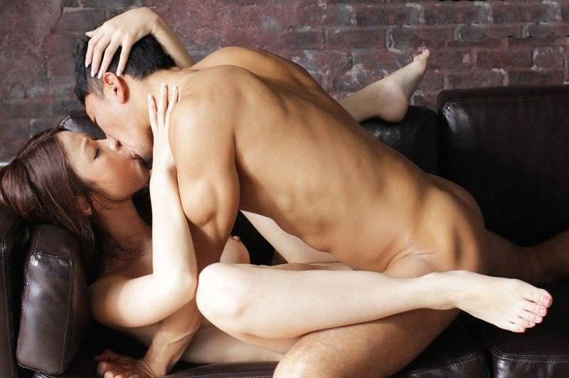 性欲を抑えきらずにがっついてベロチューしながらセックスしてるエロ画像 1579