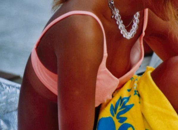 貧乳おっぱいのビキニギャルが水着浮いて乳首ポロリしてるエロ画像 167