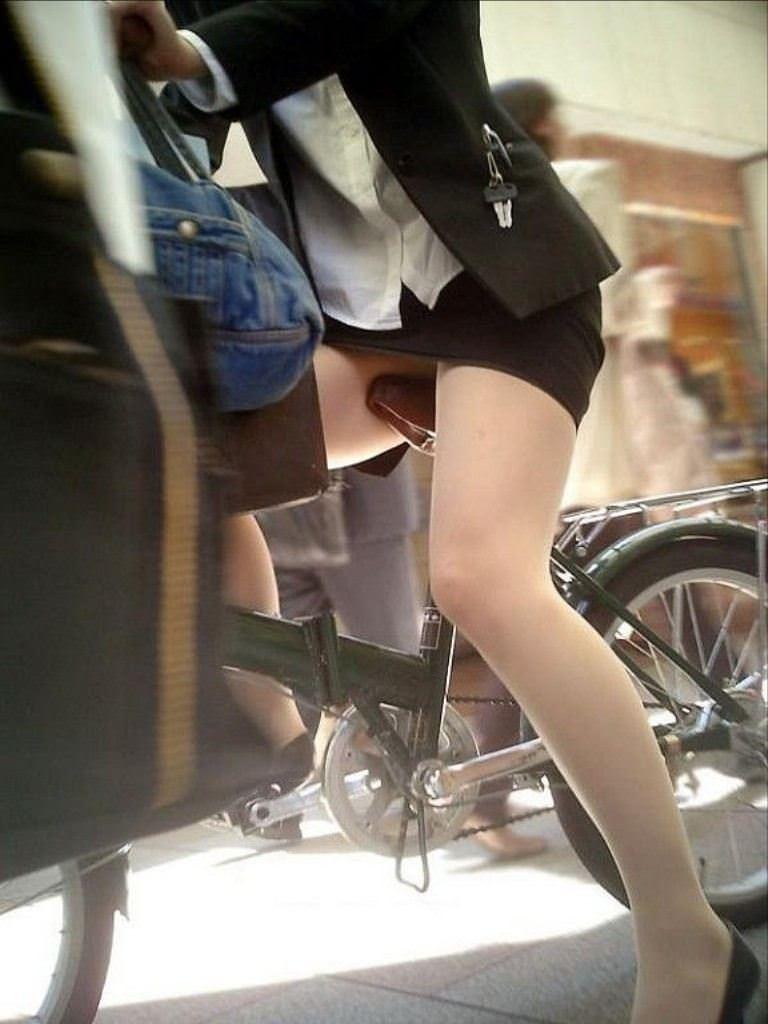 パンチラやストッキングから発するOL独特の女臭さが鼻からチンポを刺激する街撮りエロ画像 17