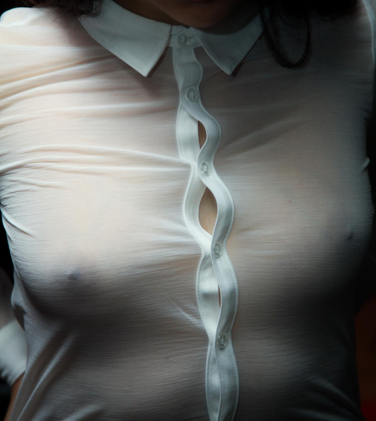 ノーブラで過ごす女の乳首がコリッコリにピン立ちして服の上から見えてるエロ画像 1715