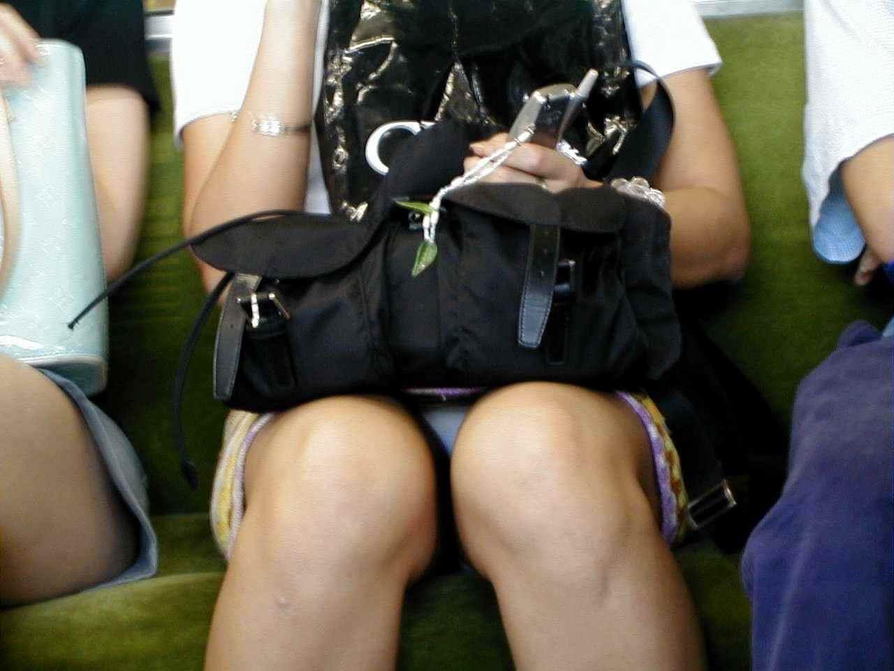 電車のシートに座って油断してる素人娘たちの股間から覗くパンチラ画像 1739