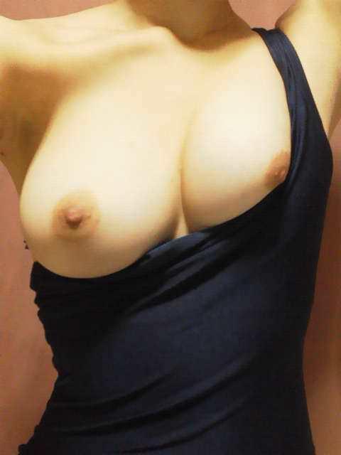 乳首のポロリ率って結構高いと思われるビキニギャルの記念撮影エロ画像 1754