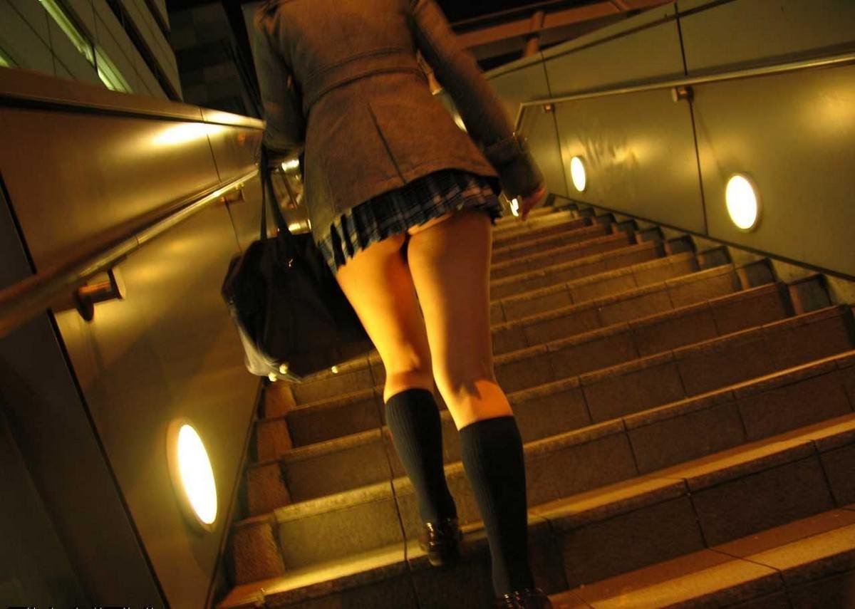 上り階段で素人ギャルのお尻に食い込むパンツを激写した街撮りエロ画像 1758