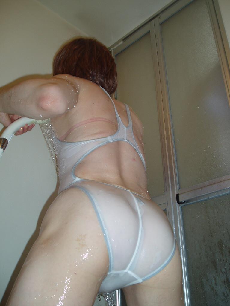 おばさんなのに背伸びしてビキニ着てるセクシーな人妻熟女エロ画像 181