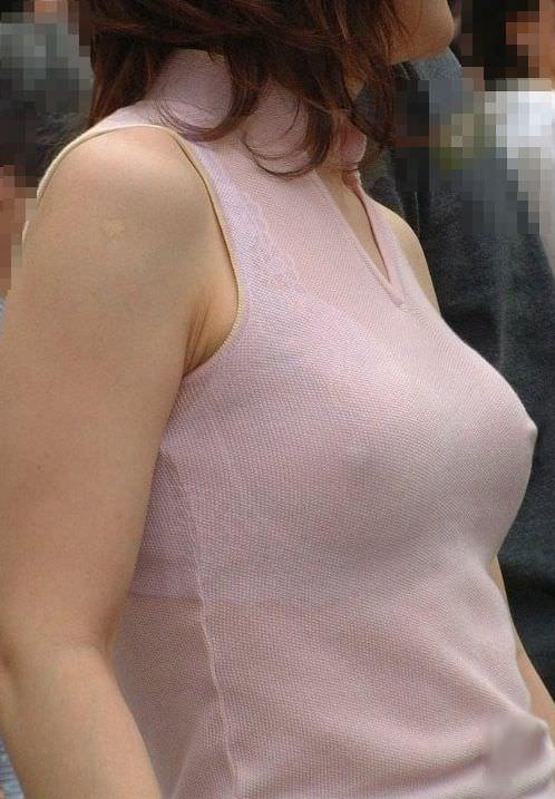 ノーブラで過ごす女の乳首がコリッコリにピン立ちして服の上から見えてるエロ画像 1815