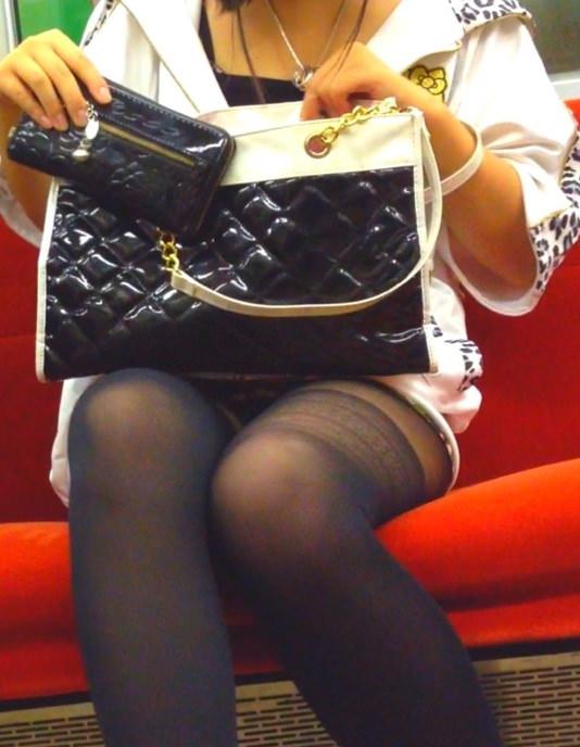 電車のシートに座って油断してる素人娘たちの股間から覗くパンチラ画像 1839