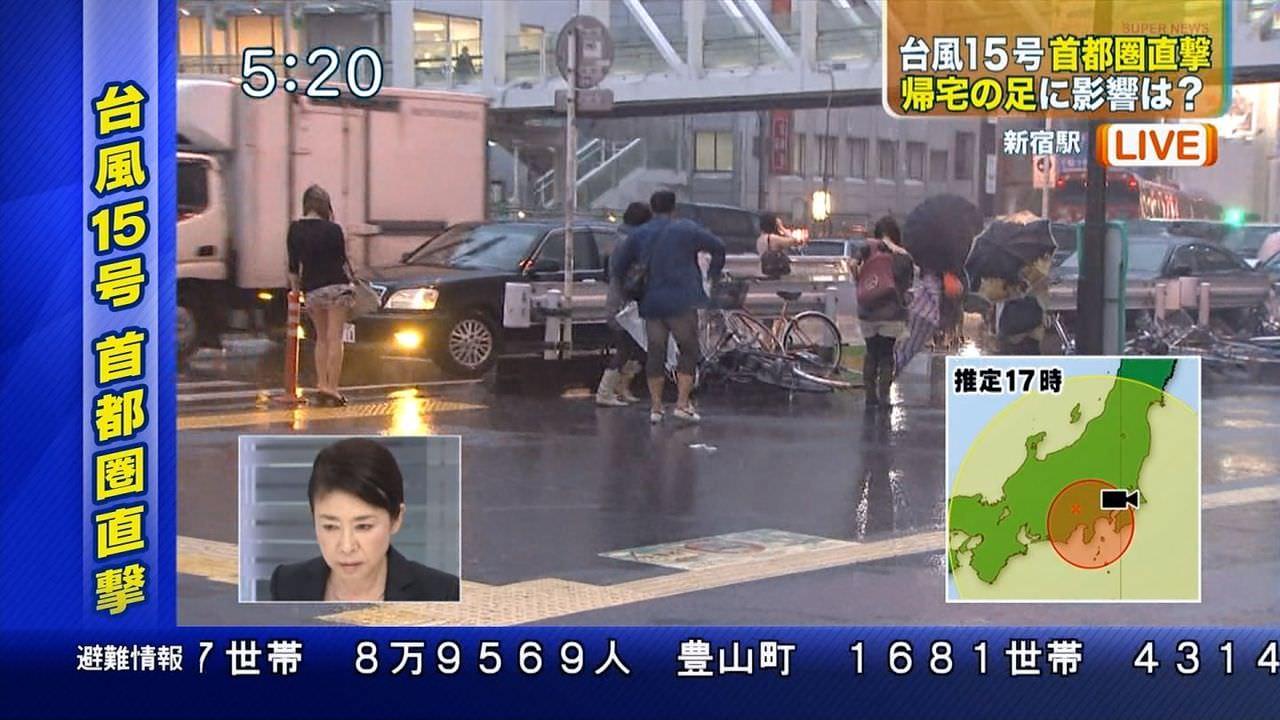 TVニュースの台風中継で映ったガチ素人のパンチラや透けブラエロ画像 1841