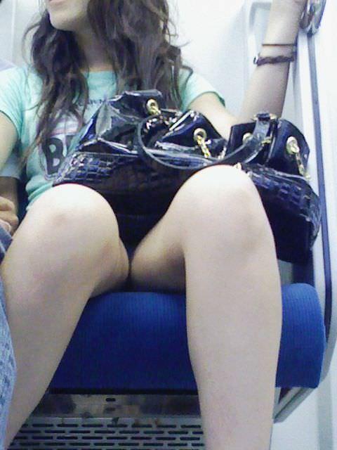 電車のシートに座って油断してる素人娘たちの股間から覗くパンチラ画像 1933