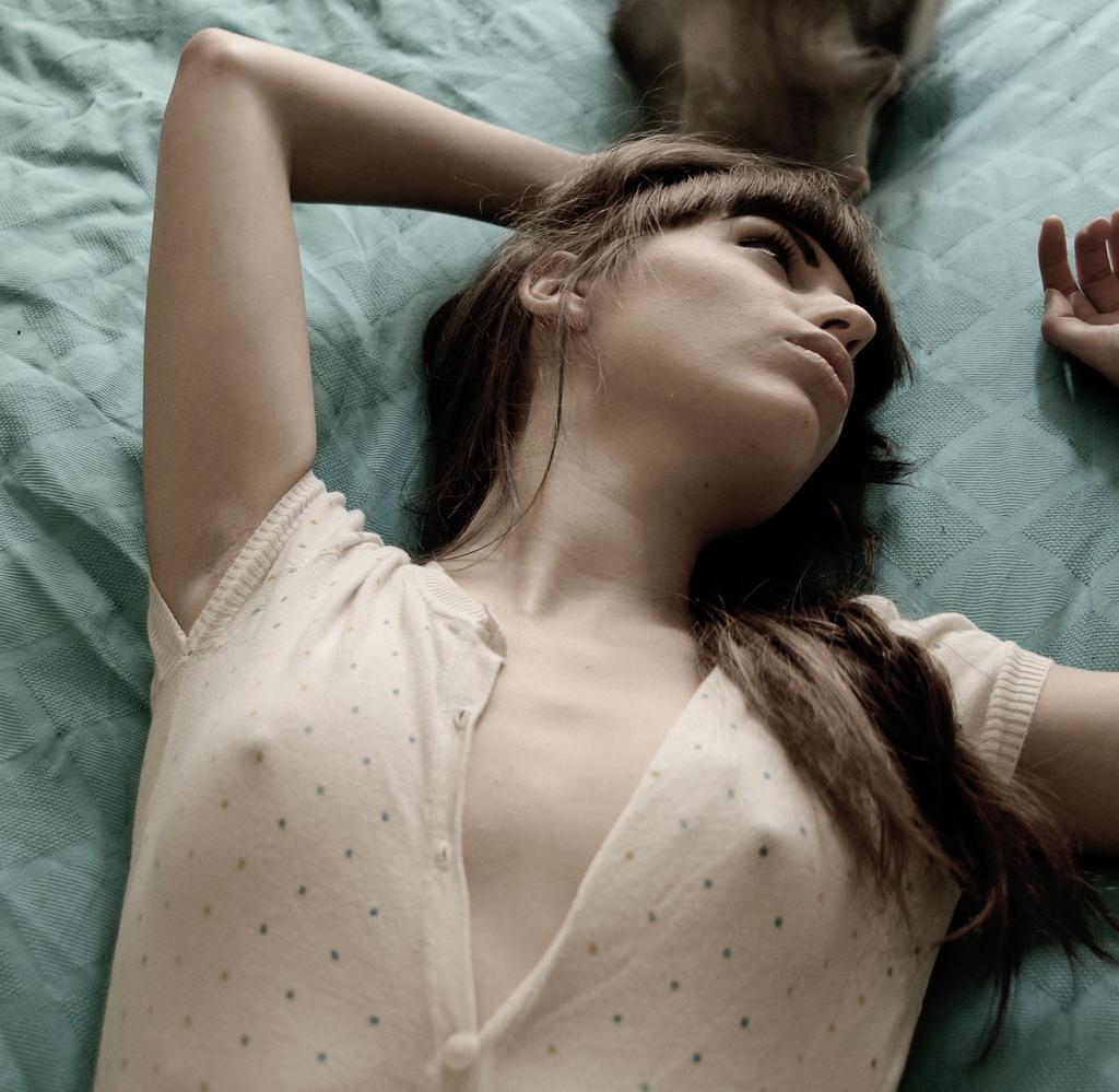 ノーブラで過ごす女の乳首がコリッコリにピン立ちして服の上から見えてるエロ画像 2014