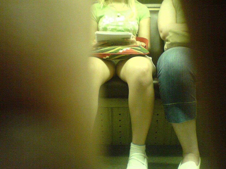 電車のシートに座って油断してる素人娘たちの股間から覗くパンチラ画像 2029