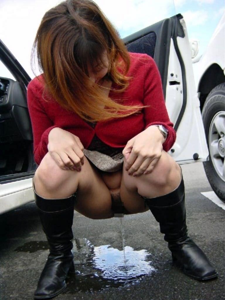 いっぱい膀胱に溜め込んだおしっこをビシャーっと開放する放尿女子のエロ画像 203