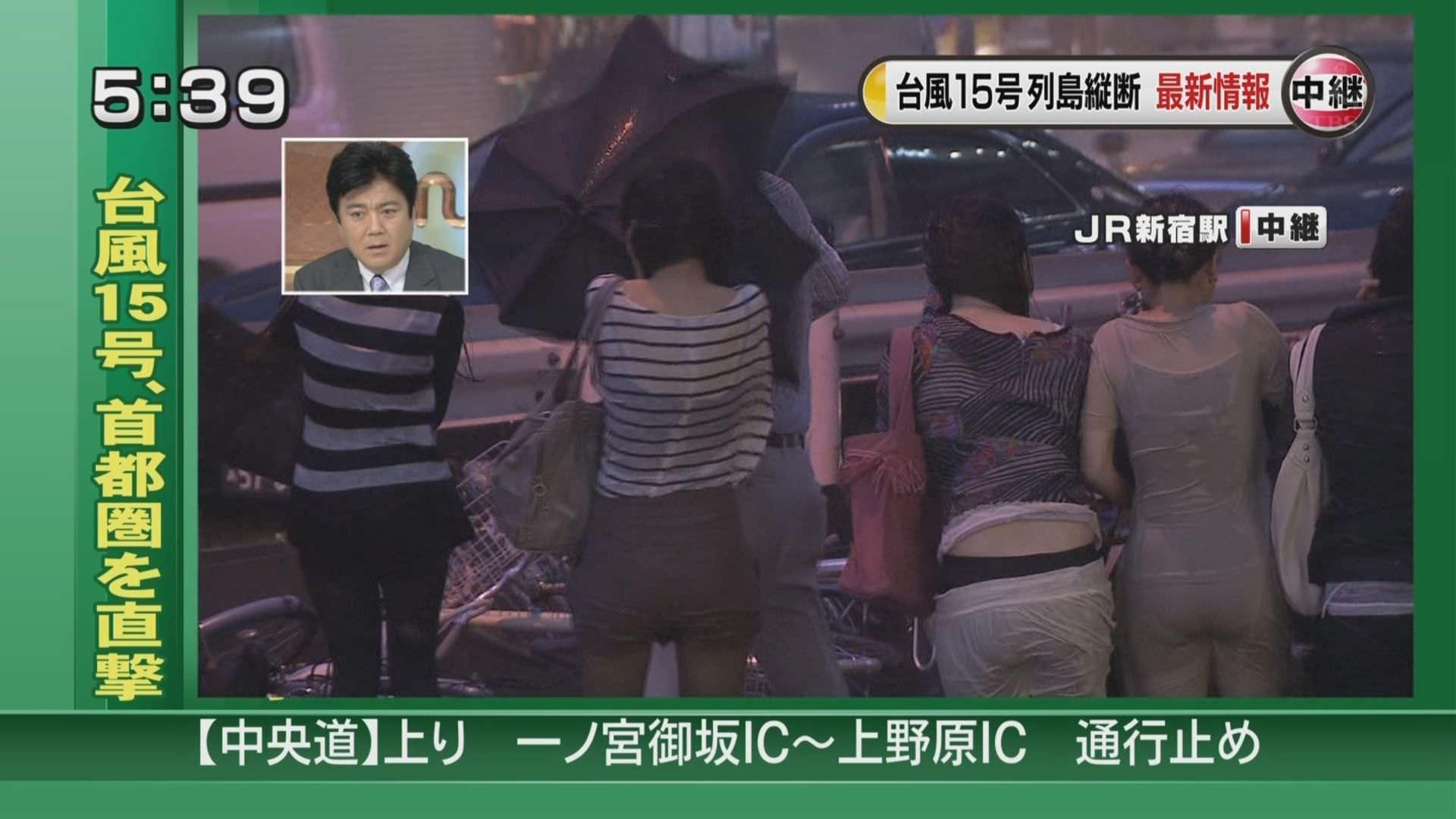 TVニュースの台風中継で映ったガチ素人のパンチラや透けブラエロ画像 2031
