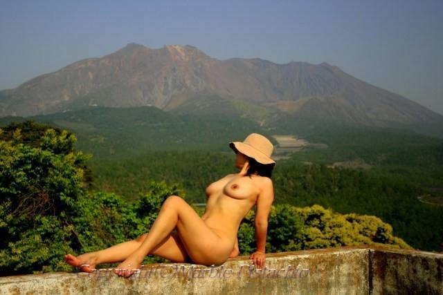 野外露出で全裸になって格好つけた決めポーズ取ってる変態女のエロ画像 2036