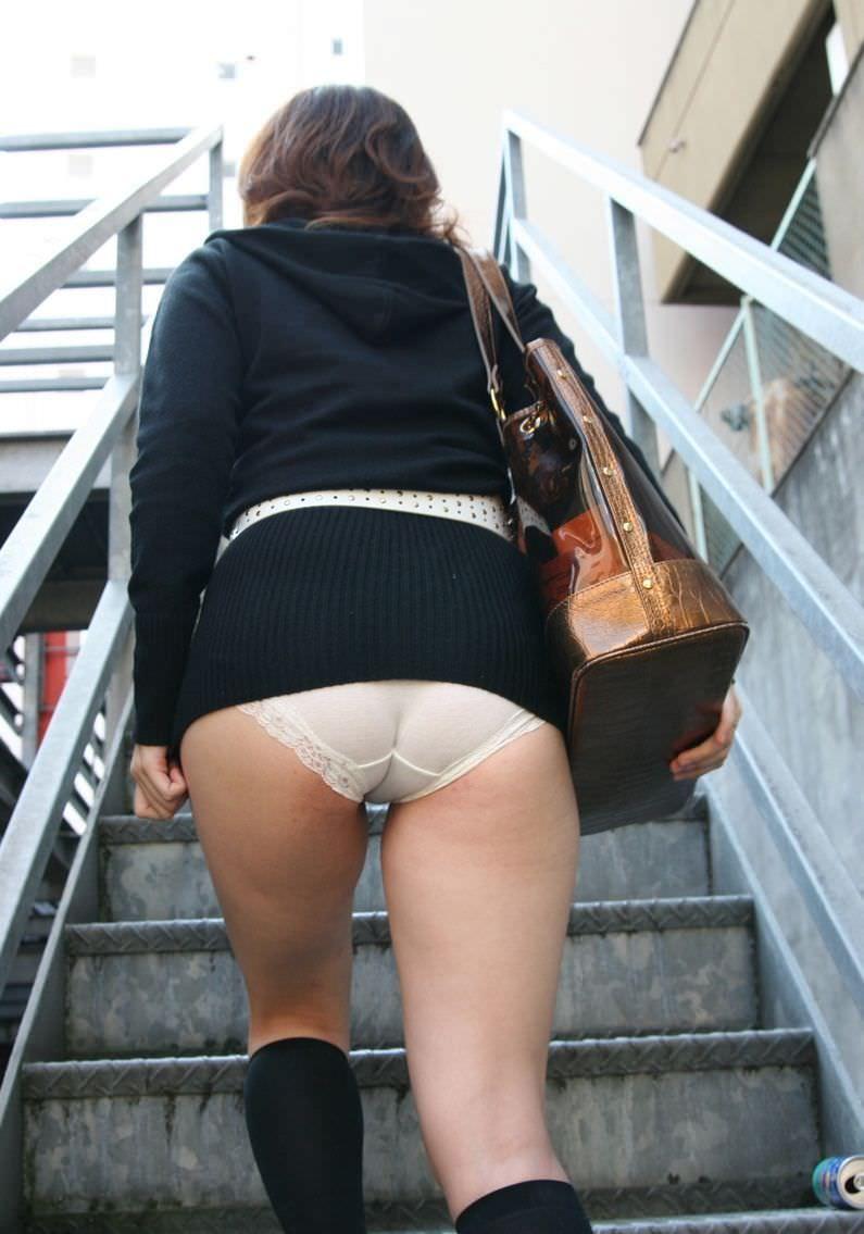 上り階段で素人ギャルのお尻に食い込むパンツを激写した街撮りエロ画像 2041