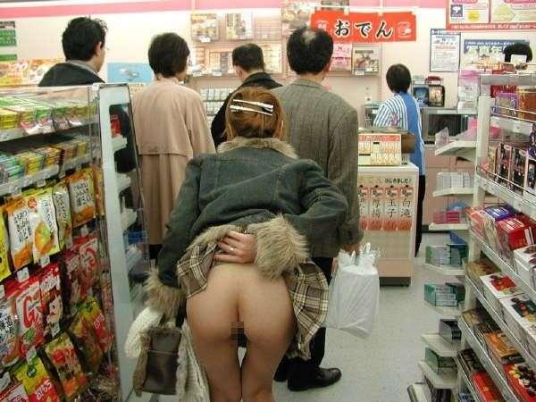 ガチコンビニで裸になって買い物する変態露出狂女のエロ画像 2052