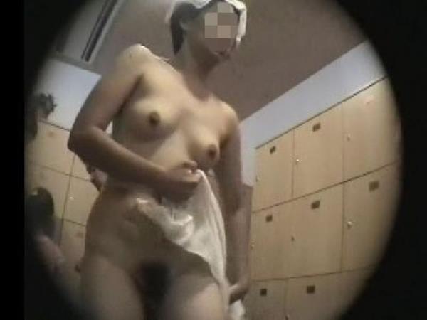 温泉の女子更衣室で着替え中のガチ素人娘を隠し撮りしたエロ画像 207