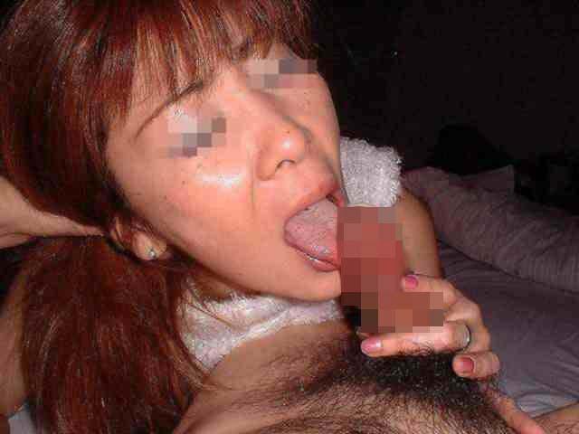 熟女がペニスを舐める様子を撮った素人フェラ画像 2207