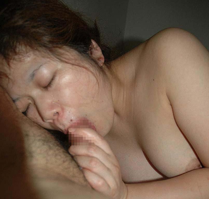 熟女がペニスを舐める様子を撮った素人フェラ画像 2209