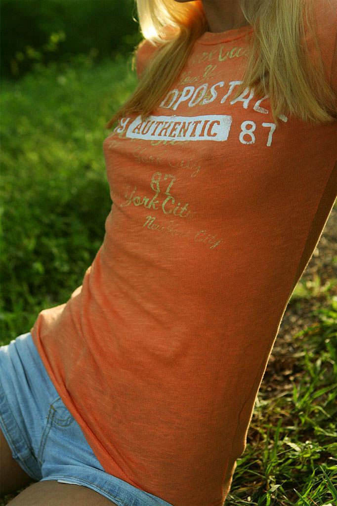 ノーブラで過ごす女の乳首がコリッコリにピン立ちして服の上から見えてるエロ画像 2213