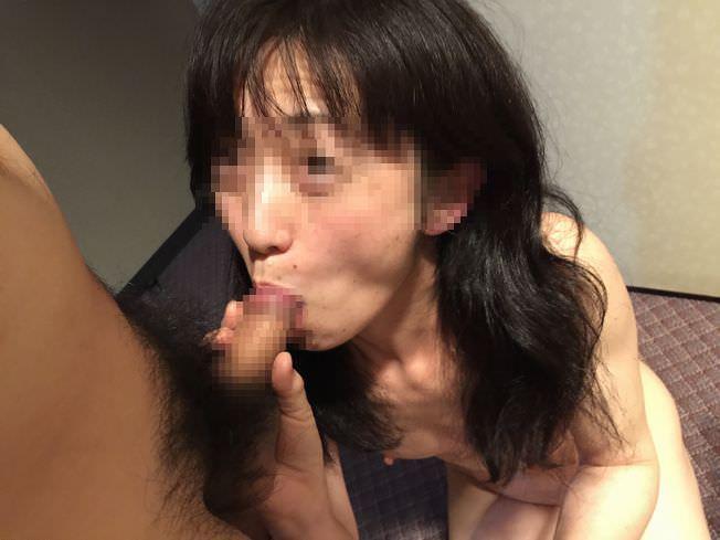 熟女がペニスを舐める様子を撮った素人フェラ画像 2217 1