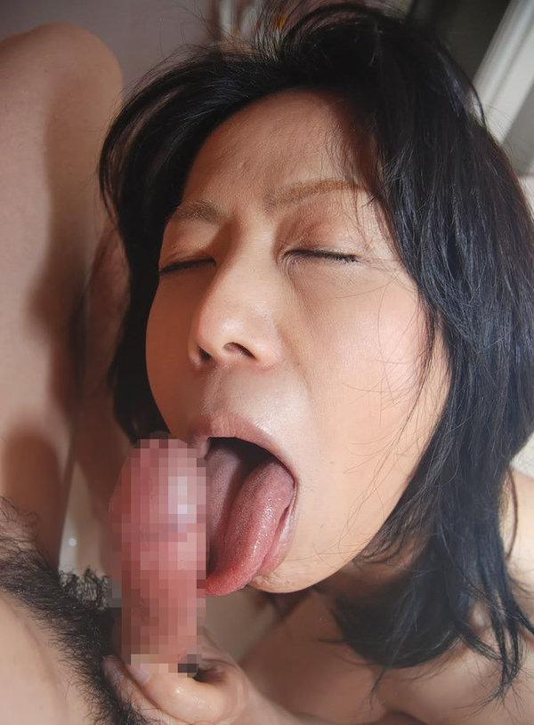 素人熟女がペニスを舐める様子を撮ったフェラ画像をご覧くださいwwwwwwwwww 2218 1