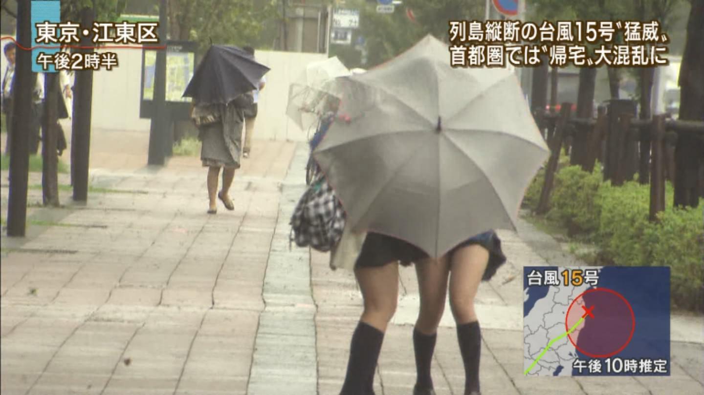 TVニュースの台風中継で映ったガチ素人のパンチラや透けブラエロ画像 2224