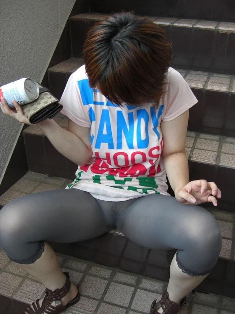 透けやすい素材の服を着る女子の透けブラや透けパンチラしてる街撮りエロ画像 2227