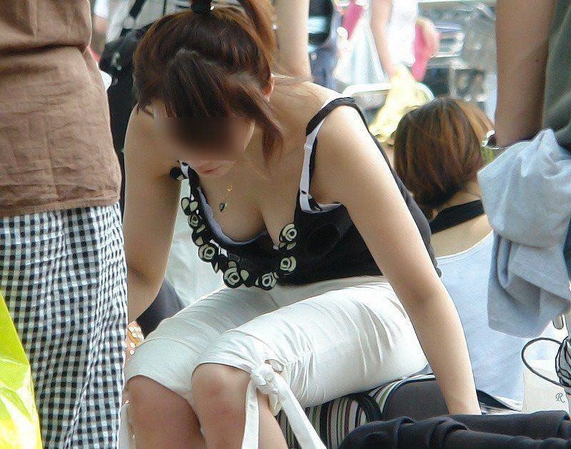 (胸チラ街撮り)人妻の巨乳おっぱいが街中で目立ちすぎてまる見えwwwwwwww 2306