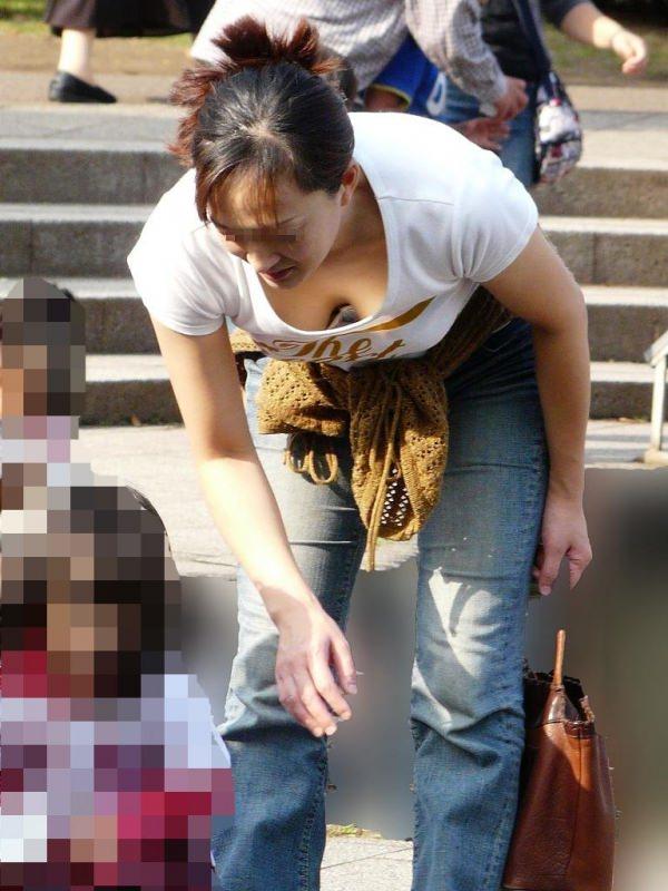 (胸チラ街撮り)人妻の巨乳おっぱいが街中で目立ちすぎてまる見えwwwwwwww 2311 1