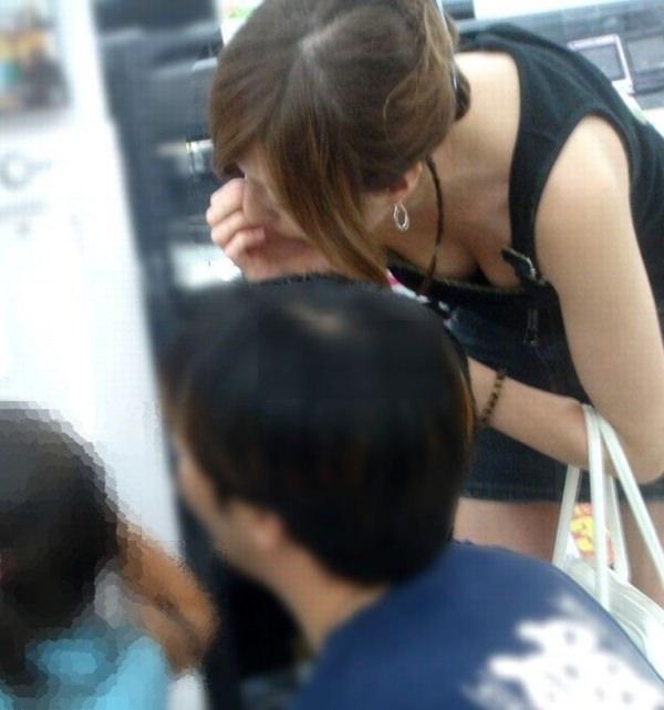 (胸チラ街撮り)人妻の巨乳おっぱいが街中で目立ちすぎてまる見えwwwwwwww 2317 1