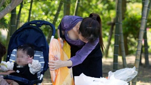 (胸チラ街撮り)人妻の巨乳おっぱいが街中で目立ちすぎてまる見えwwwwwwww 2321 1