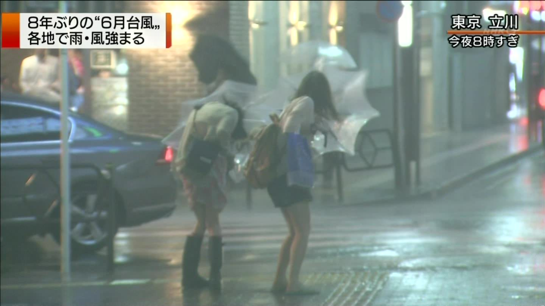 TVニュースの台風中継で映ったガチ素人のパンチラや透けブラエロ画像 2413