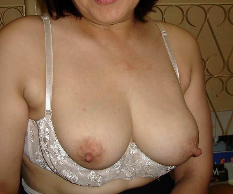 40代から50代くらいの素人熟女・人妻のハリのないエロいおっぱい画像wwwwwwww 2438