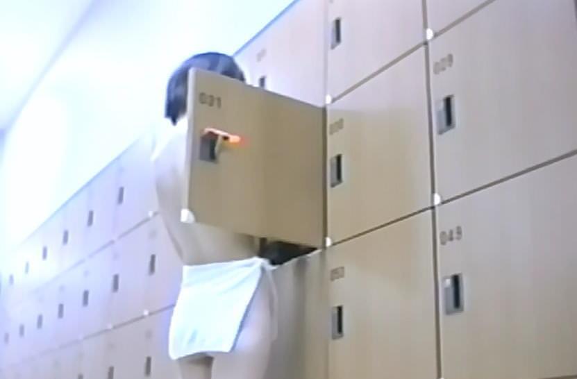 若い女の子が銭湯の脱衣所で服を脱ぐ姿を隠し撮りした素人エロ画像 2513