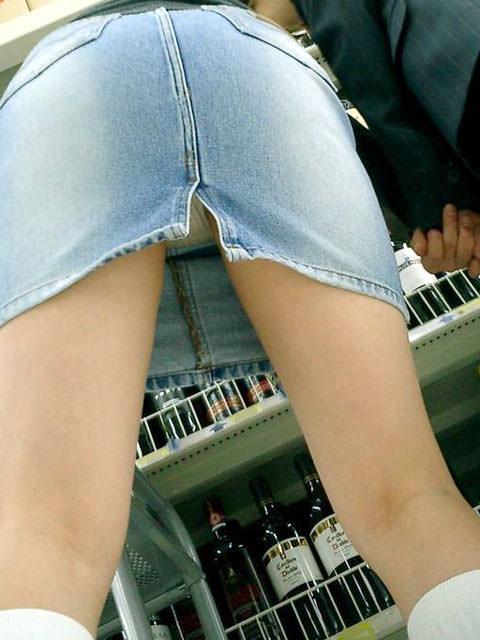 スカートのスリットから覗くパンチラに築いていないお姉さんの街撮りエロ画像 299