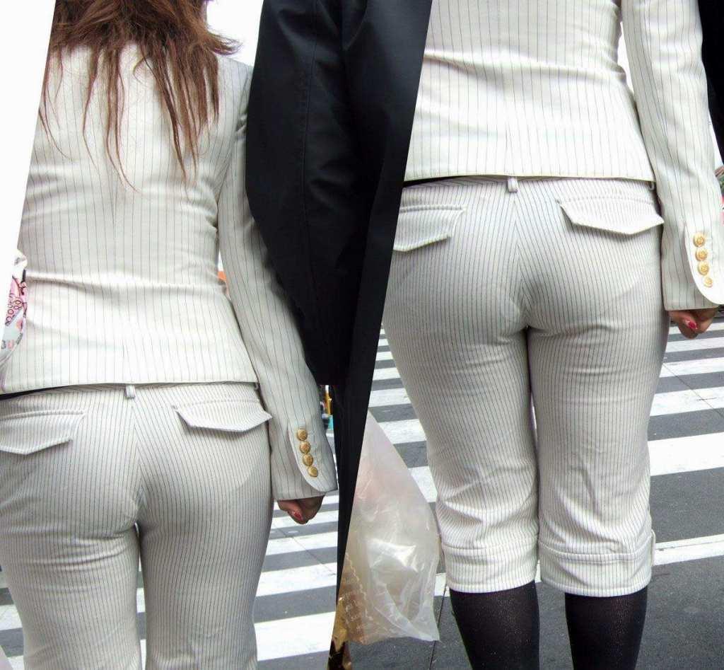 お尻がはち切れそうになってるパンツスーツのOL街撮りエロ画像 330