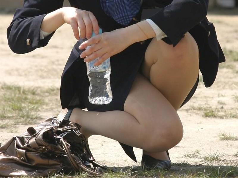 お昼休みの休憩中に座ってるOLのスーツからチラ見えするパンチラ街撮りエロ画像 337
