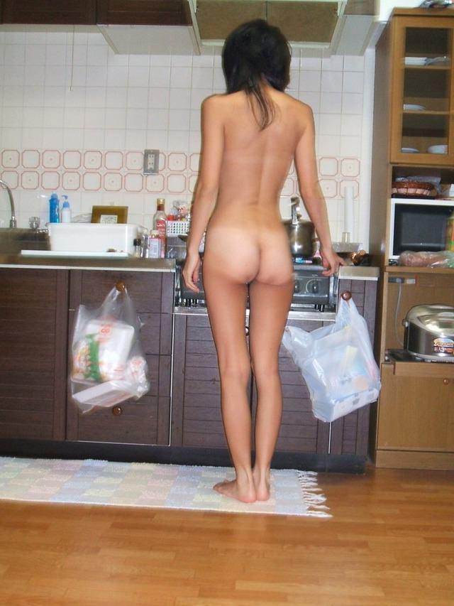 下着姿でキッチンに立つ彼女や嫁のおふざけエロ画像 338