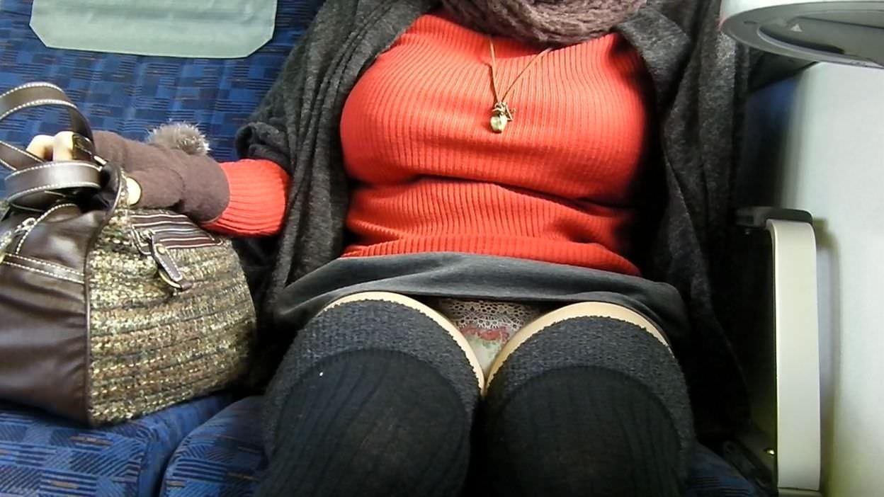 電車のシートに座って油断してる素人娘たちの股間から覗くパンチラ画像 345