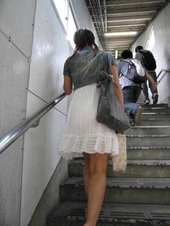 透けやすい素材の服を着る女子の透けブラや透けパンチラしてる街撮りエロ画像 362
