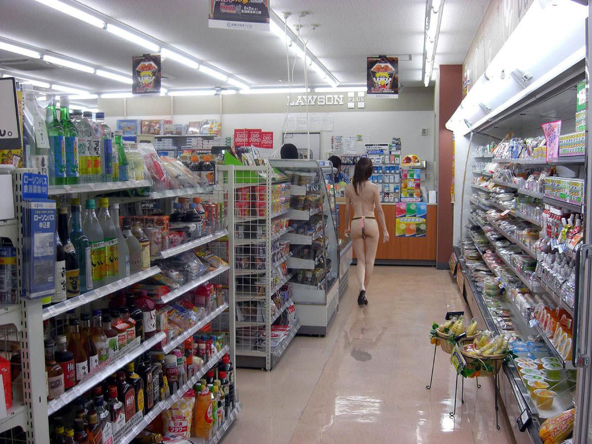 ガチコンビニで裸になって買い物する変態露出狂女のエロ画像 386