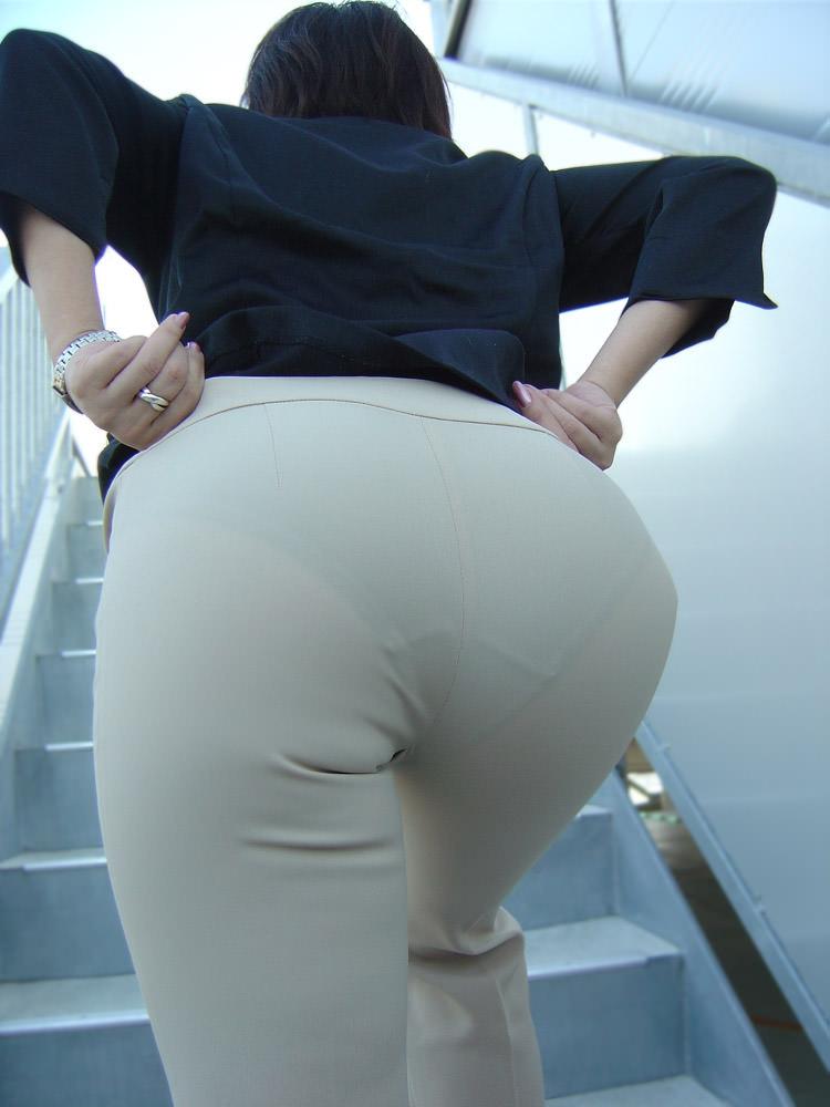 お尻がはち切れそうになってるパンツスーツのOL街撮りエロ画像 430