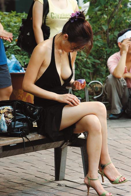 サングラスしてるギャルが薄着でおっぱい胸チラしてる街撮りエロ画像 435