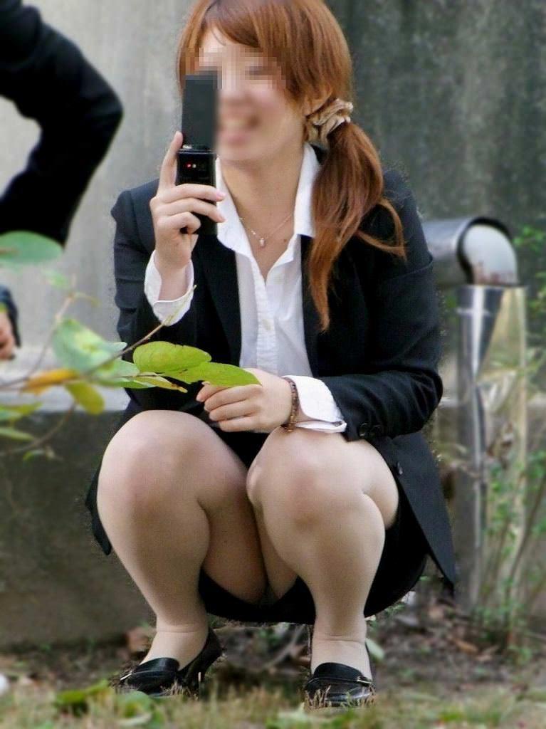 お昼休みの休憩中に座ってるOLのスーツからチラ見えするパンチラ街撮りエロ画像 437