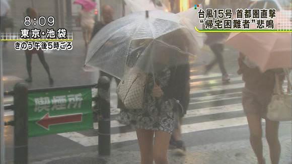 TVニュースの台風中継で映ったガチ素人のパンチラや透けブラエロ画像 448