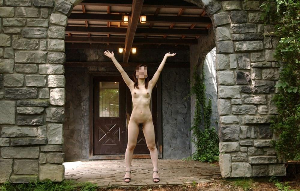 野外露出で全裸になって格好つけた決めポーズ取ってる変態女のエロ画像 456