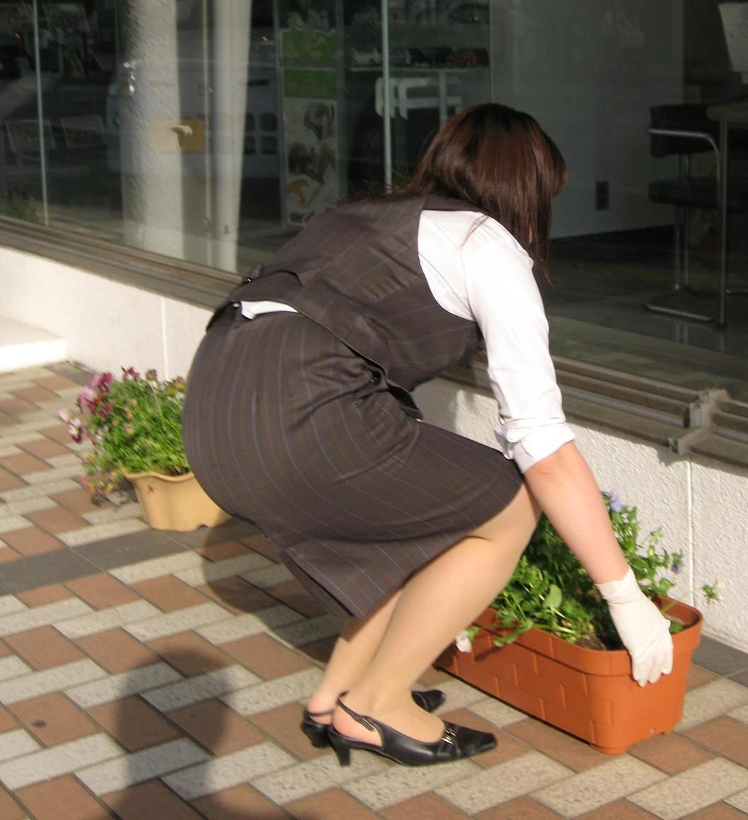 OLのパンチラとかスーツにピタッと張り付くお尻にオチンコ擦りつけたい街撮りエロ画像 47