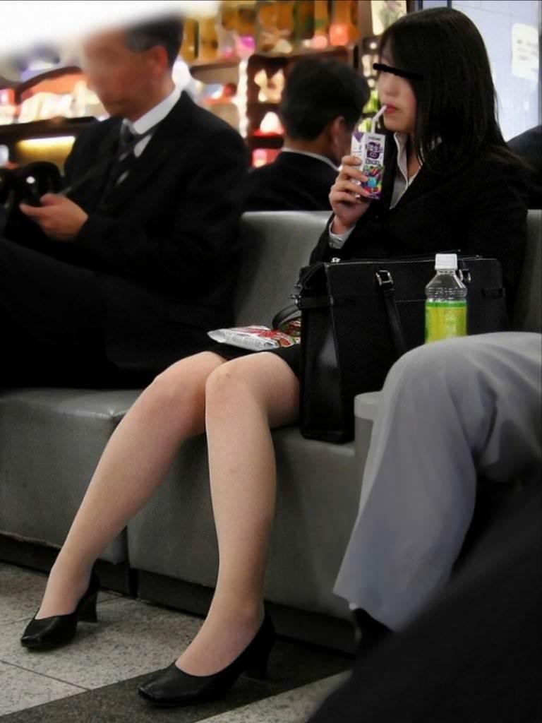 お昼休みの休憩中に座ってるOLのスーツからチラ見えするパンチラ街撮りエロ画像 537