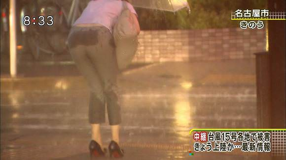 TVニュースの台風中継で映ったガチ素人のパンチラや透けブラエロ画像 548