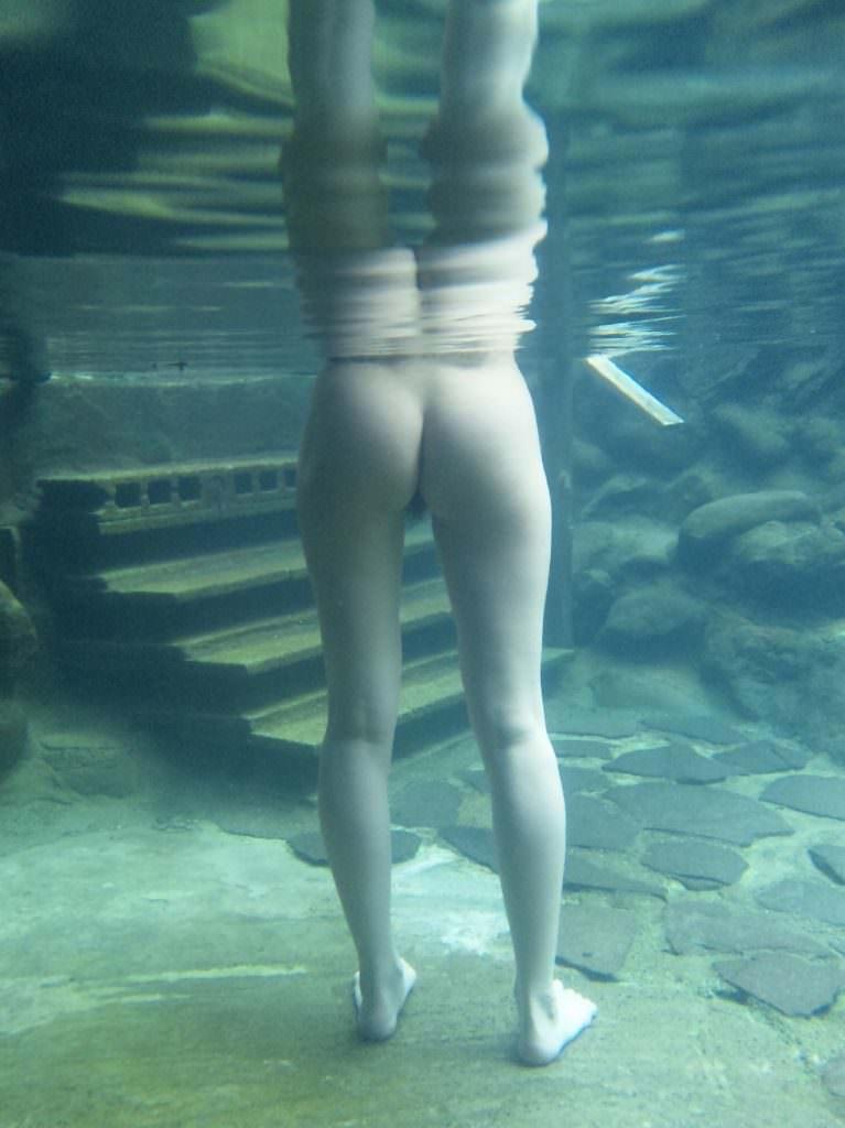 まさかプールで水中内を撮影されてるとは知らない素人娘たちのお尻やおっぱいのエロ画像 581